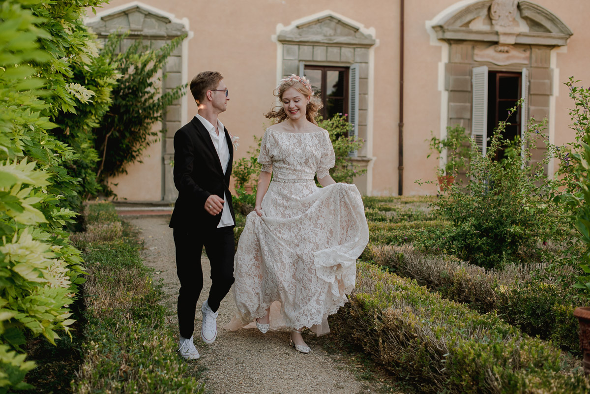 tuscany elopement photography , castello di montespertoli